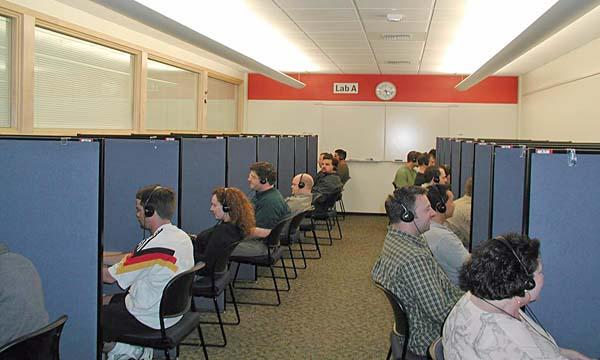 テストブースでゲームをするプレイヤーの写真