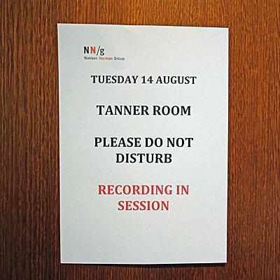 張り紙: 8月14日(火)/TANNER ROOM/入室禁止/記録中