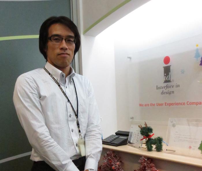 弊社・株式会社イードの斉藤聡介。クリスマスデコレーションの施された、弊社1階の受付にて。