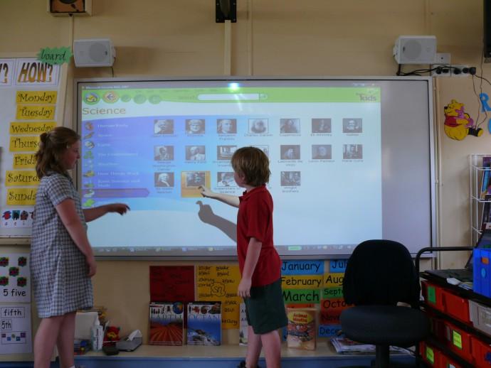 プロジェクター型電子黒板が学校で利用されている例(Photo by Pablo Garcia)