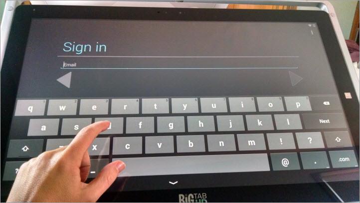 大きなキーボードでの入力には、小型デバイスよりも肉体的な労力が必要である。