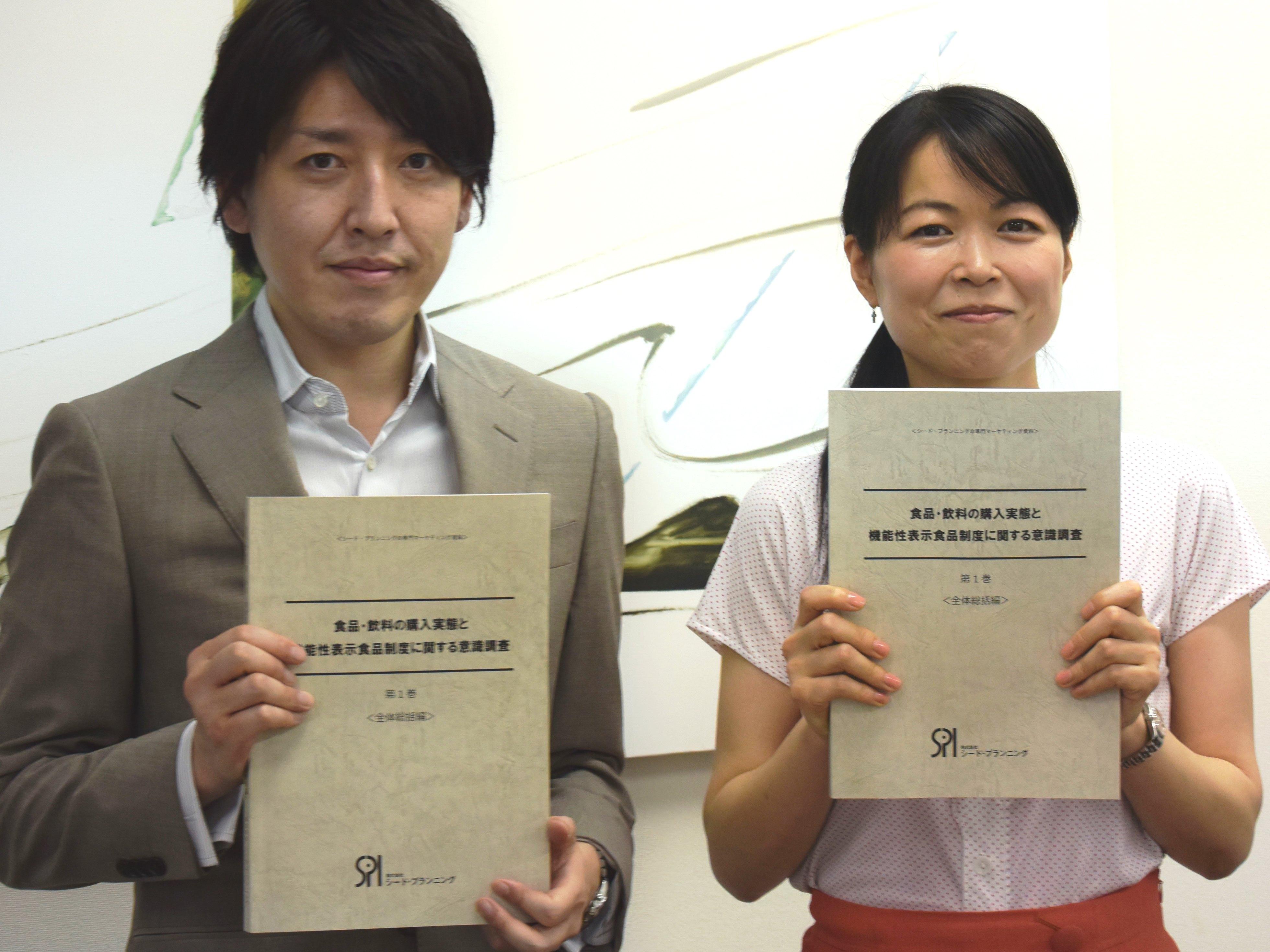 左:株式会社イード リサーチ事業本部リサーチ事業部の田村嘉康、右:株式会社シードプランニングの奥山裕子氏。機能性表示食品制度に関する意識調査をもとにした対談(インタビュー実施日:2015年5月20日)。