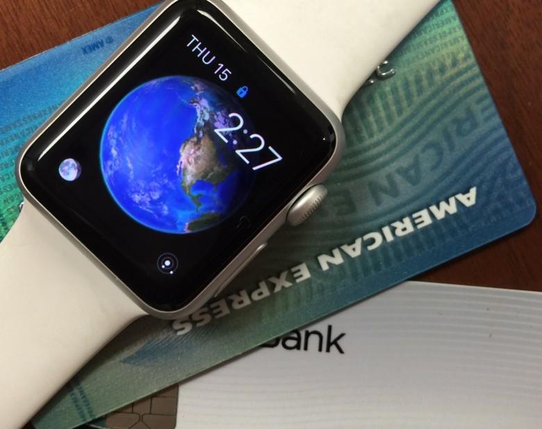 Apple Payが利用できる、Apple Watch。1枚のクレジットカードには、ICチップが埋め込まれている。