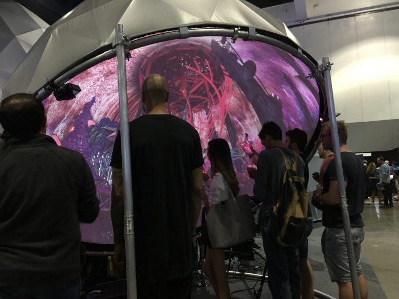 ドーム状のスクリーンに映像が投影されている