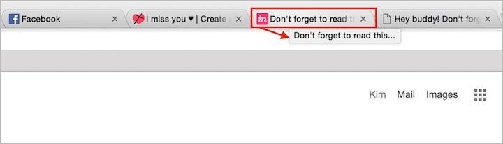 Blog.invisionapp.comは、ブログの記事タイトルをこのタブに戻ってくるようにというリマインダーに置き換える。しかし、この例では、開いているブラウザタブの数のせいで、リマインダーの一部が断ち切られてしまっている。(ユーザーが多数のタブを一気に開くと、ページタイトルは切れてしまいがちだ)。