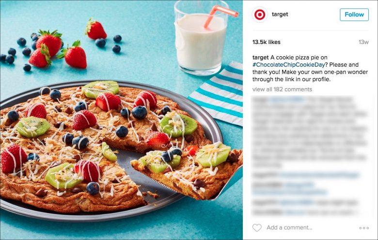 TargetのInstagramアカウントは魅力的な企業アカウントとしてのバランスを正確に押さえている。この投稿は実施中のイベントに関連したもので(「チョコチップクッキーの日」(Chocolate Chip Cookie Day)がイベントだとすればだが)、流行りのハッシュタグを入れて、楽しいレシピを提供している。そして、たまたまTargetに行ってみたら、必要なものがすべて買える、というわけだ。こういうひねりの効いた軽快なトーンというのはTV広告などのTargetの他チャネルとも合っている。また、広告文と写真のクオリティの高さに注目してほしい。Targetの投稿はあらかじめ計画されたもので、専任のソーシャルメディアのプロが作成していることは明らかである。