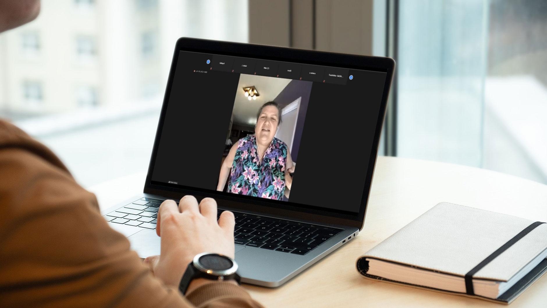 オンラインインタビューの様子をノートPCで見学する